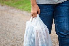Guardando sacos de plástico fotografia de stock royalty free