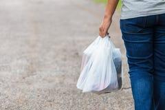 Guardando sacos de plástico foto de stock