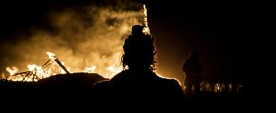 Guardando sul fuoco Immagini Stock