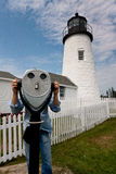 Guardando throuh un telescopio davanti al faro di Pemaquid fotografia stock libera da diritti