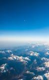 Guardando tramite gli aerei della finestra durante il volo un italiano e un Osterreich innevati Fotografia Stock