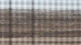 Guardando tramite il recinto sul confine 3 del Messico e degli Stati Uniti video d archivio