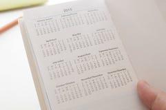 Guardando um calendário novo do calendário de 2015 Fotografia de Stock