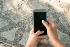 Guardando um smartphone e o toque da tela Foto de Stock Royalty Free