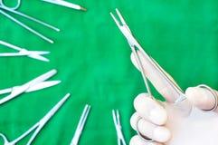 guardando um suporte da agulha em estéril drapeje foto de stock royalty free