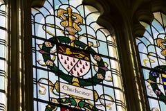 Guardant eller leopard för lejon passant på den Chichester vapenskölden på färgrikt målat glassfönster i Chichester Royaltyfri Bild