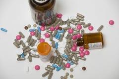 Guardare dall'alto in basso le pillole fotografia stock libera da diritti