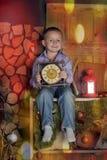 Guardar de assento do menino cronometra nas mãos de uma meia-noite de espera Fotos de Stock Royalty Free