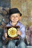 Guardar de assento do menino cronometra nas mãos de uma meia-noite de espera Foto de Stock Royalty Free