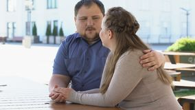 Guardar de fala dos pares novos obesos entrega passar o tempo junto, planeamento familiar filme