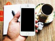 Guardarando o smartphone fotografia de stock