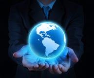 Guardarando um globo de incandescência da terra em suas mãos Imagem de Stock