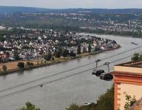 Guardare dall'alto in basso il Reno e la città di Coblenza immagini stock libere da diritti