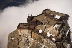 Guardare dall'alto in basso la stazione della cabina di funivia di Aiguille du Midi, Chamonix-Mont-Blanc, franco fotografia stock