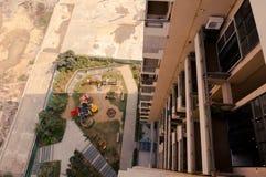 Guardare dall'alto in basso un grattacielo di alloggi nuovi nel gurgaon fotografia stock