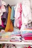 Guardaroba con i vestiti del bambino Fotografia Stock