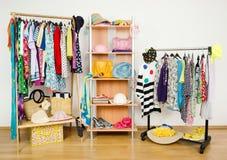 Guardaroba con i vestiti di estate sistemati piacevolmente Fotografia Stock