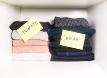 Guardaroba domestico con differenti oggetti di abbigliamento Separazione stagionale dei vestiti Piccola organizzazione dello spaz fotografia stock