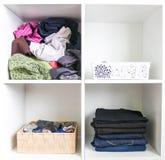 Guardarropa casero con diversa ropa Peque?a organizaci?n del espacio El contraste del orden y del desorden imagenes de archivo