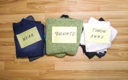 Guardarropa casero con diversos artículos de la ropa Clasificación estacional de la ropa Pequeña organización del espacio fotos de archivo