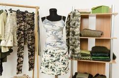 Guardarropa con ropa y accesorios del modelo del camo. Imágenes de archivo libres de regalías