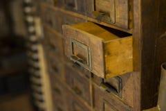 Guardarropa de madera viejo con los pequeños cajones para almacenar las letras, vintage retro-seguro, mini-guardarropa hecho a ma imágenes de archivo libres de regalías