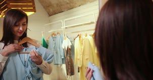 Guardarropa o vestuario hecho en casa para una tienda de ropa Mujer joven asiática que elige su ropa de la ropa de moda en A almacen de video
