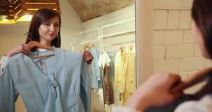 Guardarropa o vestuario hecho en casa para una tienda de ropa Mujer joven asiática que elige su ropa de la ropa de moda en A metrajes
