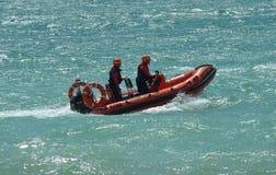 Guardas costeiras BRITÂNICAS de RNLI no mar fotografia de stock royalty free