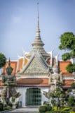 Guardas en la entrada al templo budista foto de archivo