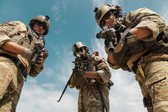 Guardas florestais do exército dos EUA com armas Fotografia de Stock