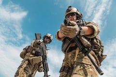 Guardas florestais do exército dos EUA com armas fotos de stock