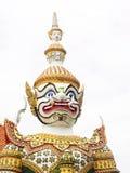 Guardas gigantes con los accesorios adornados coloridos de los ornamentos, el templo de WAT ARUN Fotografía de archivo libre de regalías