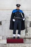 Guarde Ceremonial Altar da pátria em Roma (vitoriano) com rifle fotografia de stock