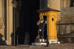 Guarde con el cuerpo de guardia en el palacio de Estocolmo, Estocolmo, Suecia Fotos de archivo libres de regalías