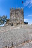 Guarde del castillo donde el primer rey de Portugal encarceló a su madre Imagen de archivo