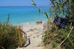Guarde la advertencia limpia en la playa Fotografía de archivo libre de regalías