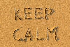 GUARDE LA CALMA - palabras manuscritas en la playa de la arena Extracto Fotografía de archivo libre de regalías