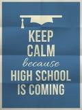 Guarde la High School secundaria tranquila es cita del diseño que viene con el sombrero de la graduación Imagenes de archivo