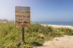 Guarde la muestra limpia de la playa, Praia hacen Norte Nazare, Portugal Imagen de archivo