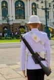Guarde no palácio grande de Tailândia, palácio era a residência Fotos de Stock