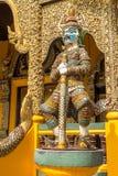 Guardião do demônio perto da entrada no templo budista, Tailândia do norte Fotografia de Stock Royalty Free