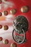 Guardião do punho de porta do templo da cidade de China Imagens de Stock