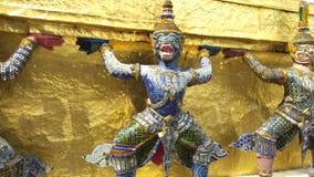 Guardião em Emerald Buddha Temple em Banguecoque, Tailândia vídeos de arquivo