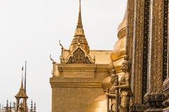 Guardião gigante do ouro no templo de Wat Phra Kaew Imagens de Stock Royalty Free