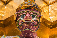 Guardião gigante roxo no templo de Wat Phra Kaew Imagens de Stock Royalty Free