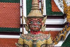 Guardião gigante vermelho no templo de Wat Phra Kaew Imagens de Stock