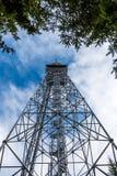 Guardi alla torre della telecomunicazione del trasmettitore dalla terra GSM e segnale televisivo, torre turistica dell'allerta Immagine Stock