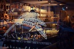 Guardi attraverso una finestra nel negozio del forno immagini stock libere da diritti