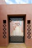 Guardi attraverso una porta aperto-lavorata del ferro Fotografia Stock Libera da Diritti